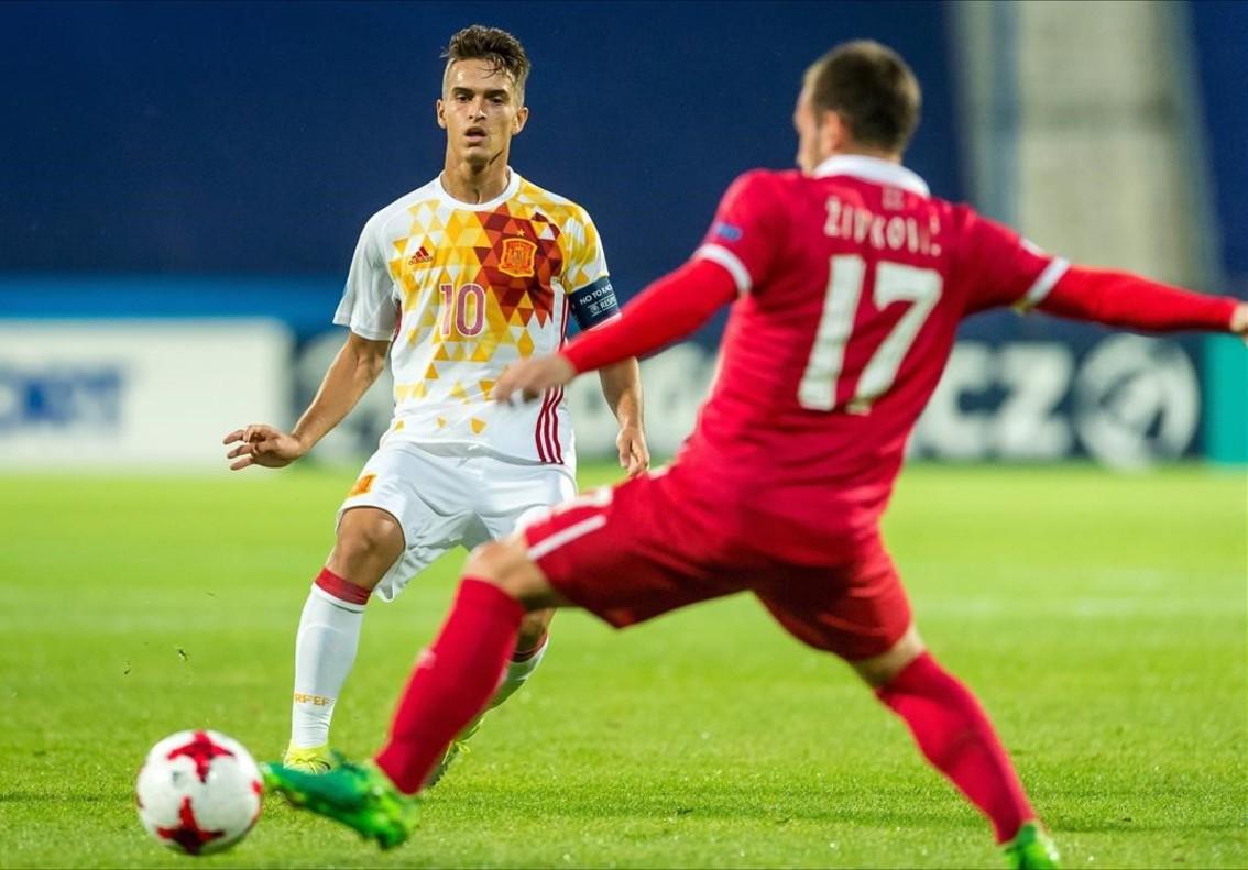 Denis Suarez controla el balón frente a Zivkovic.