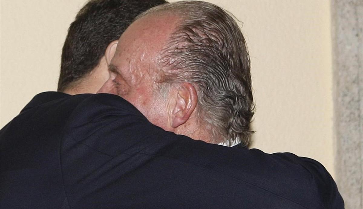 Juan Carlos y Felipe se abrazan después de que el entonces Príncipe hubiera pronunciado unas palabras en honor asu padre en la cena para celebrar los 70 años del entonces jefe de Estado.