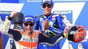 Valentino Rossi, al fondo, aplaude la llegada de Marc Márquez, vencedor, al podio del Gran Premio de Australia.