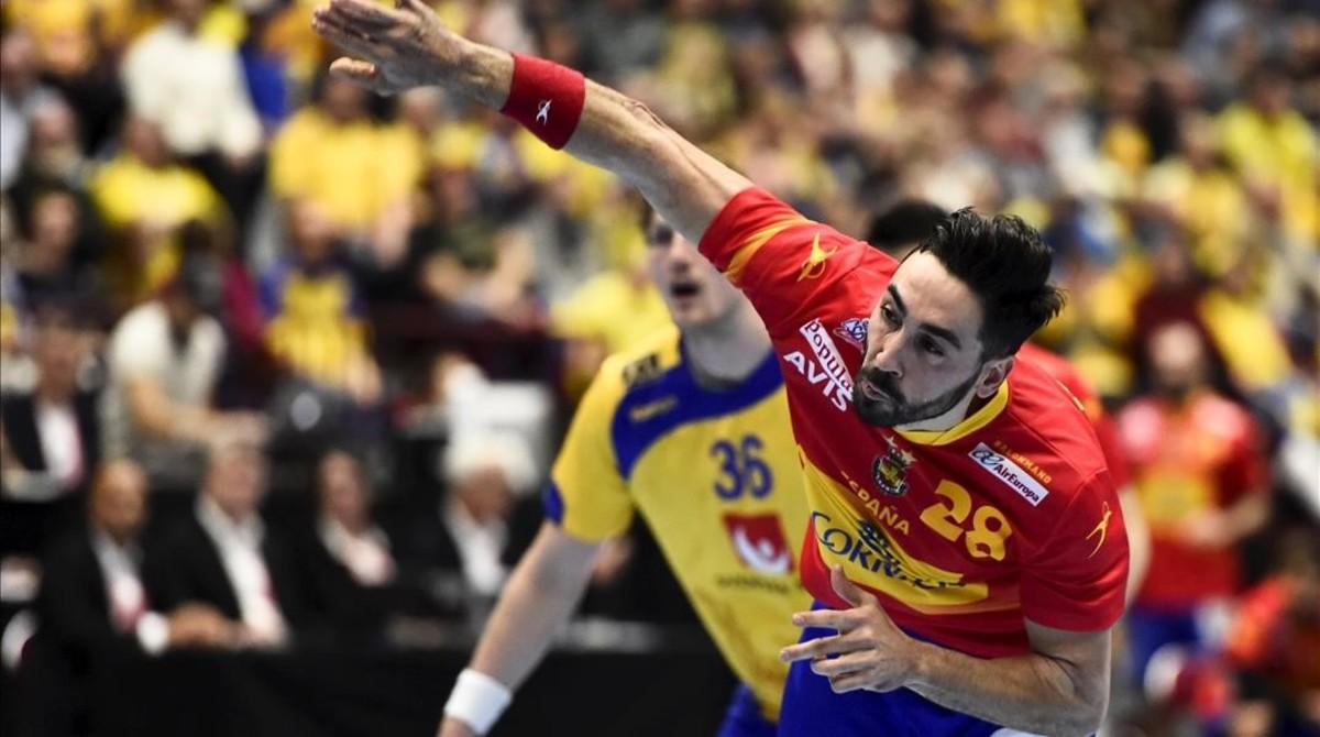 Valero Rivera, máxio anotador español, con 9 goles, lanza a portería en el insuficiente triunfo sobre Suecia en Malmoe.