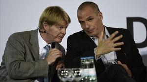 Varoufakis (derecha) habla con el presidente de la Confederación de Sindicatos alemanes, Reiner Hoffmann, en un acto en Berlín, este lunes.