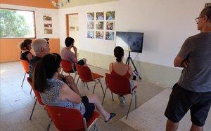 Vecinos de los kibutz Nir-Oz y Nirim visitan la exposición.
