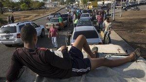 Venezolanos hacen cola para llenar los depósitos de sus coches en una gasolinera de Cabimas, el pasado 15 de mayo.