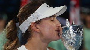 Victoria Jiménez besa el trofeo del Abierto de Australia júnior.