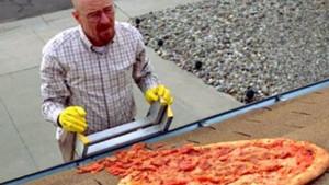 Walter White recoge la pizza sobre el tejado, durante el capítulo A Horse With No Name (Caballo sin nombre) de la tercera temporada.