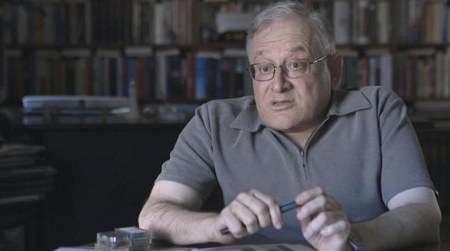 El periodista Xavier Vinader, en un momento del reportaje de Sense ficció.