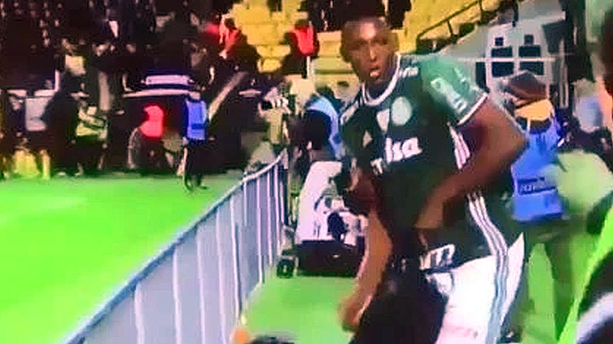 Yerry Mina se lleva la bolsa de un reportero tras una tangana entre jugadores.