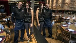 El cocinero Hug Pla y Giovanna dAvanzo, en el comedor de Minyam, que ocupa un espacio centenario.