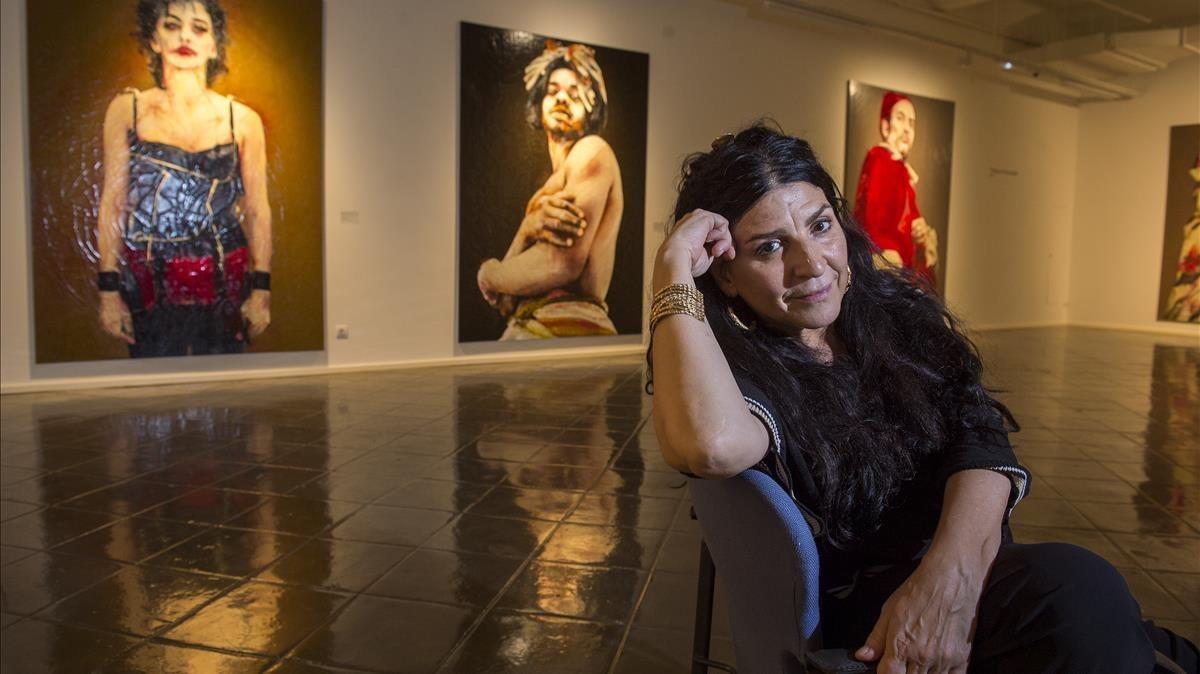 Lita Cabellut, junto a tres de las 70 obras que expone en el Espai Volart.