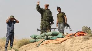 Un francotirador kurdo hace gestos en una loma en los alrededores de Kirkuk.