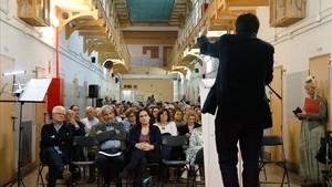 Gerardo Pisarello, de espaldas, habla en el homenaje a Enric Pubill en laModelo, con, de izquierda a derecha, Ricard Vinyes, comisionado de Memoria Histórica; Carles Vallejo, presidente de la Associació Catalana d'Expresos Polítics del Franquisme, y la alcaldesa Ada Colau en la primera fila.