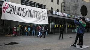 Miembros de la PACC y del sector de las artes visuales reivindicando el Arts Santa Mònica, ayer.