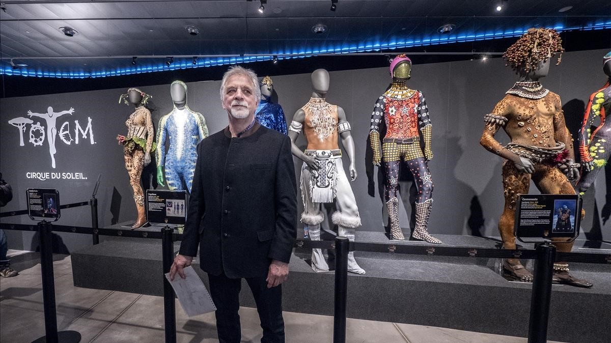 Neilson Vignola, director de creación del Cirque du Soleil, posa junto a algunos vestidos de Totem expuestos en el Museu del Disseny de Barcelona.