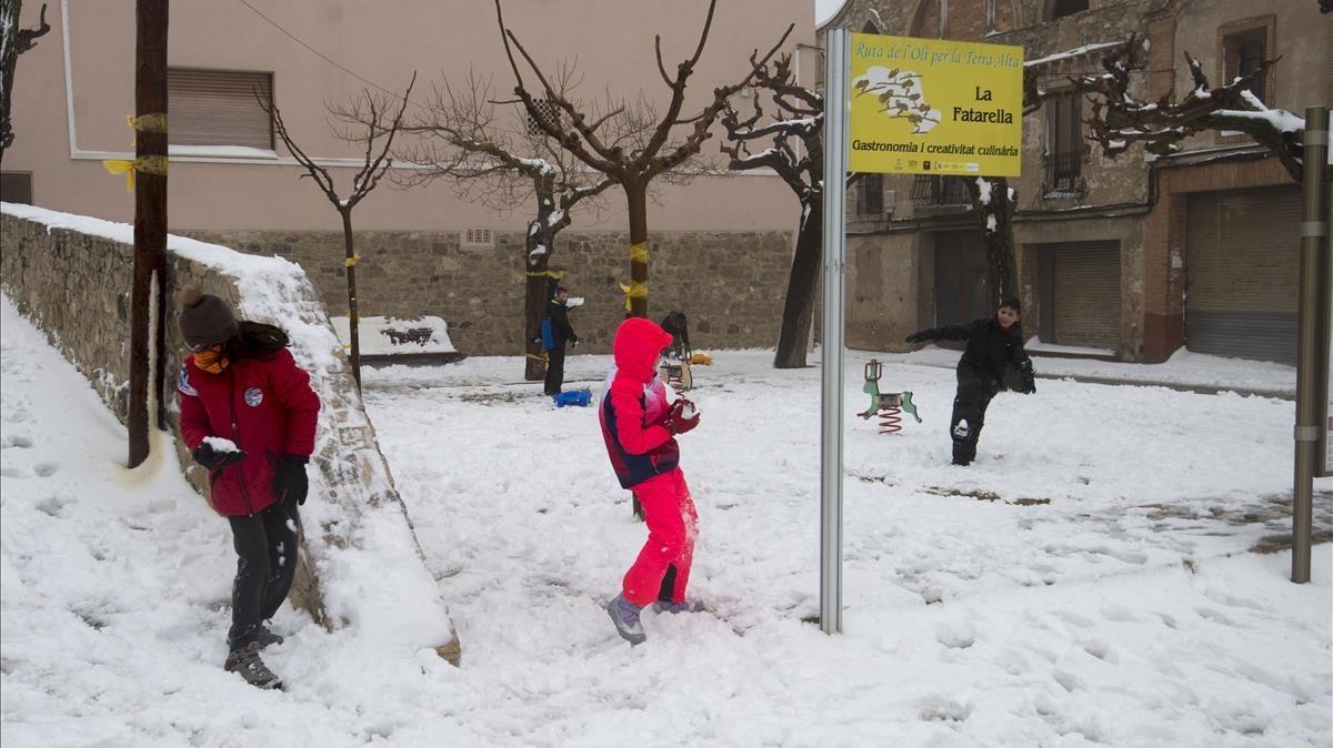 Escolars de la Fatarella (Terra Alta), disfruten de la neu.