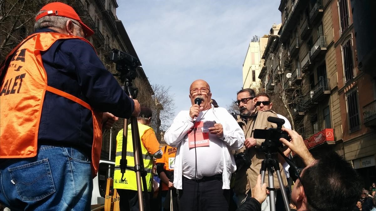 El médico Antoni Barberà de se dirige a los asistentes d ela manifestación de pensionistas en Barcelona.