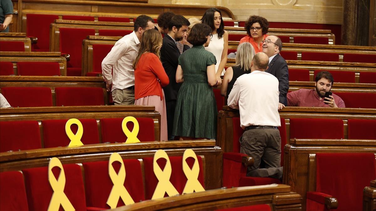 Algunos diputados reunidos este miércoles en el hemiciclo del Parlament.