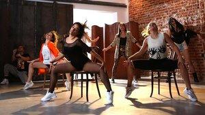 Varios intérpretes en un ensayo de Flashdance, El Musical.