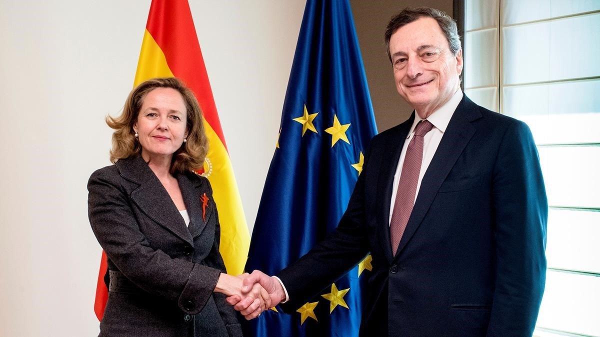 Mario Draghi, presidente del BCE, con la ministra de Economía y Empresa, Nadia Calviño.