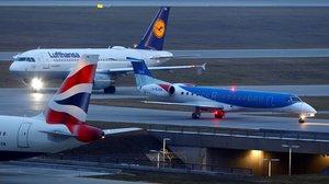 Avión de Flybmi entre uno de British Airwyas y otro de Lufthansa en el aeropuerto de Múnich.
