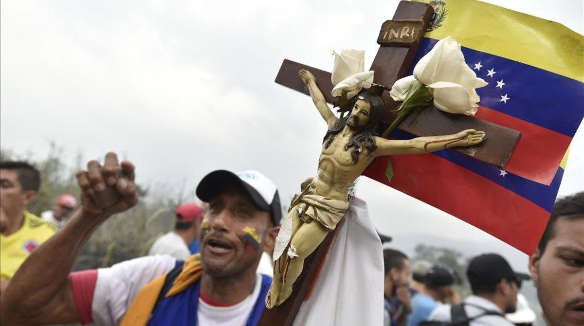 Manifestantes en el puente internacional Simón Bolívar en Cúcuta (Colombia), el 23 de febrero del 2019.