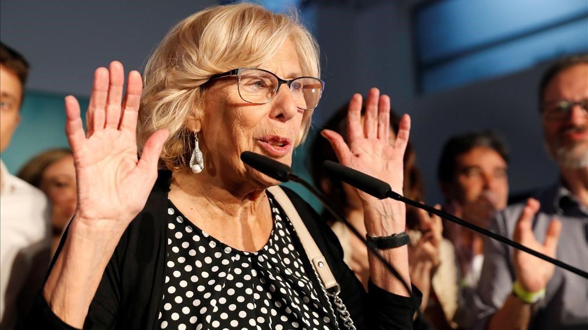 La alcaldesa de Madrid, Manuela Carmena, durante su comparecencia esta noche para valorar los resultados de las elecciones al Ayuntamiento.