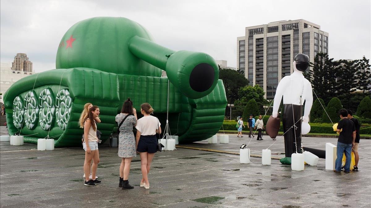 Una reproducción inflable del hombre-tanque en la plaza de Taipei (Taiwan) como parte de la exhibición de la masacre de Tiananmén.