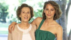 La escritora Julia Navarro y la actriz Irene Escolar, en la presentación de la adaptación dela novela Dime quién soy, de Movistar+.