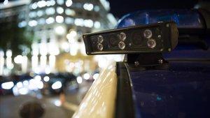 Cámaras con lector de matrículas instaladas en el techo de uno de los nuevos coches de la Guardia Urbana, aparcadoen un control de alcoholemia.