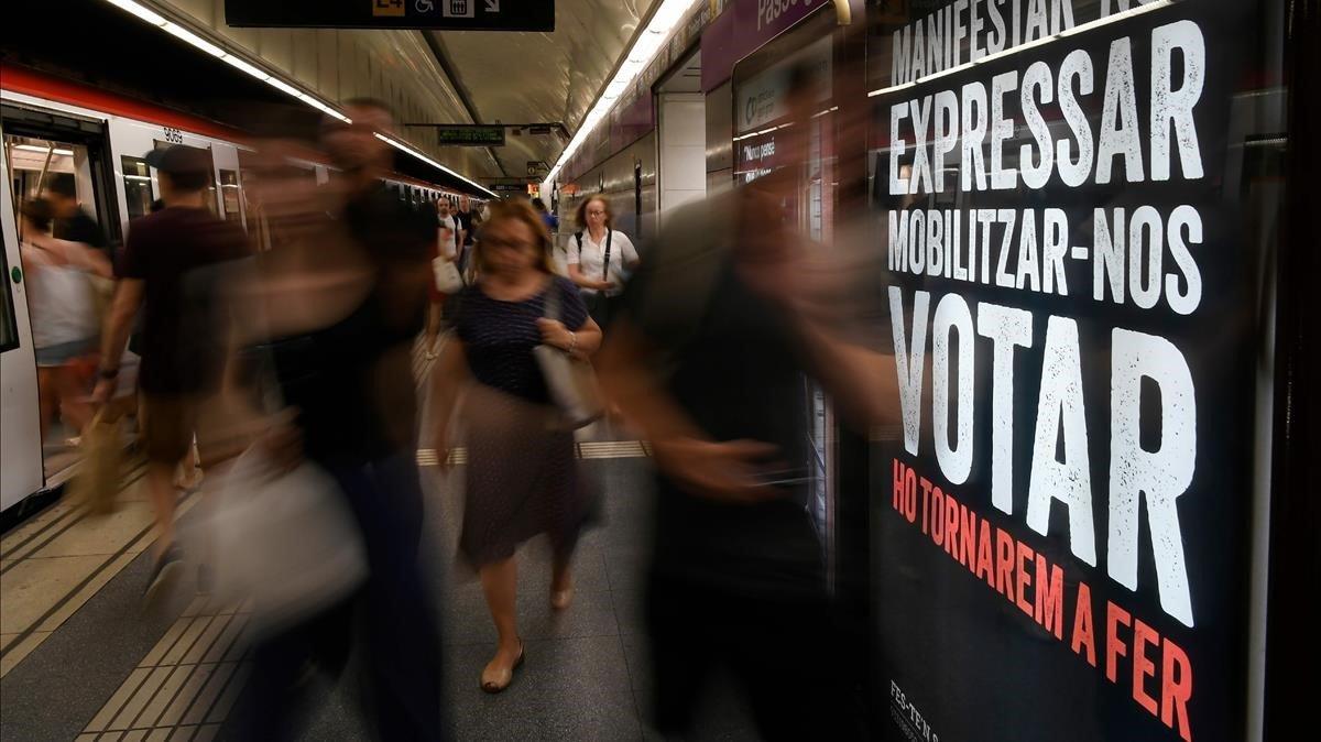 Activistes d'Òmnium llegeixen una carta de Cuixart al Metro de Barcelona