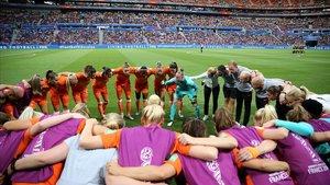 Las futbolistas de Holanda se conjuran antes de la semifinal contra Suecia.