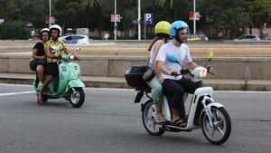 Dos motos compartidas, circulando el domingo por el centro de Barcelona.