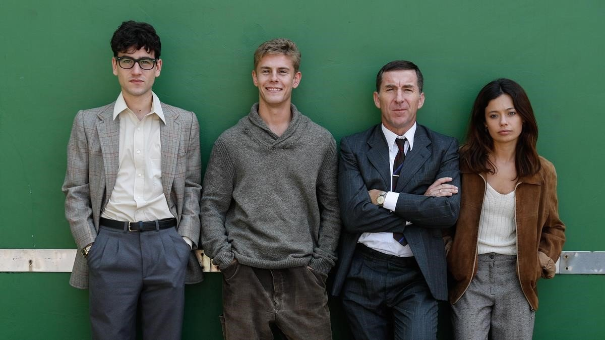 Àlex Monner, Patrick Criado, Antonio de la Torrey Anna Castillo,en el rodaje de la serie 'La línea invisible0, en Irún.