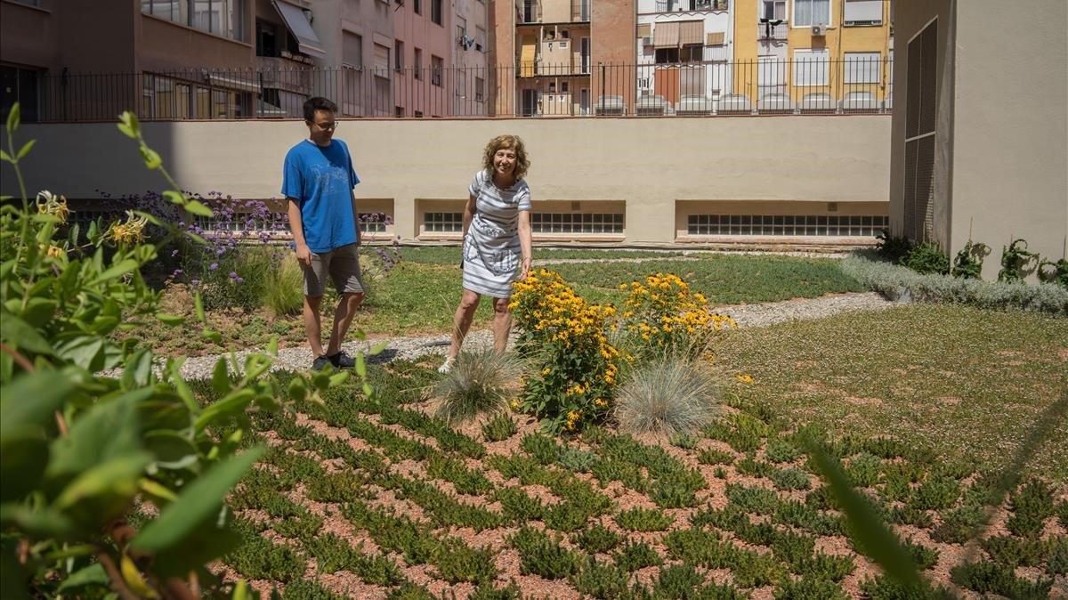 Dos vecinos de la finca de Aragócon Casanova donde se emplazauna de lasnuevas cubiertas verdes privadas de Barcelona.