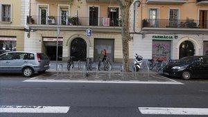 Nuevo estacionamiento de bicicletas instalado sobre la calzada en la calle de Espronceda, en el Poblenou