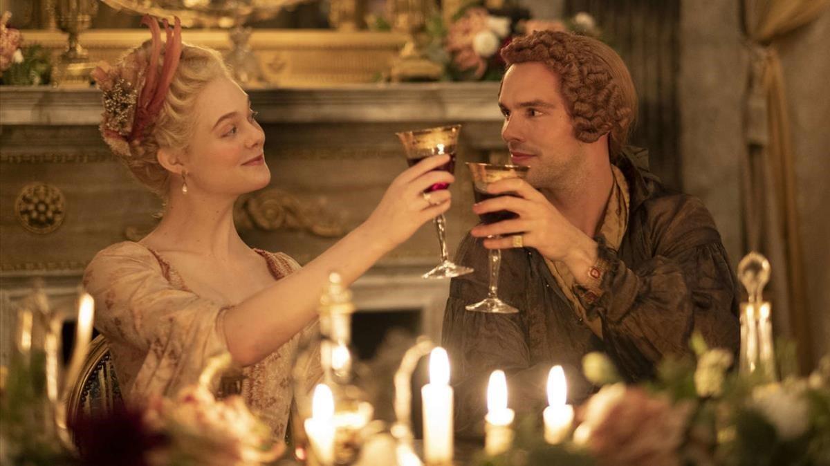 Elle Fanning y Nicholas Hoult, insuperables en los papeles de Catalina la Grande y Pedro III.