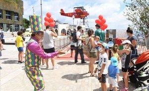 Un grupo de niños disfruta de la reapertura del parque de atracciones del Tibidabo.
