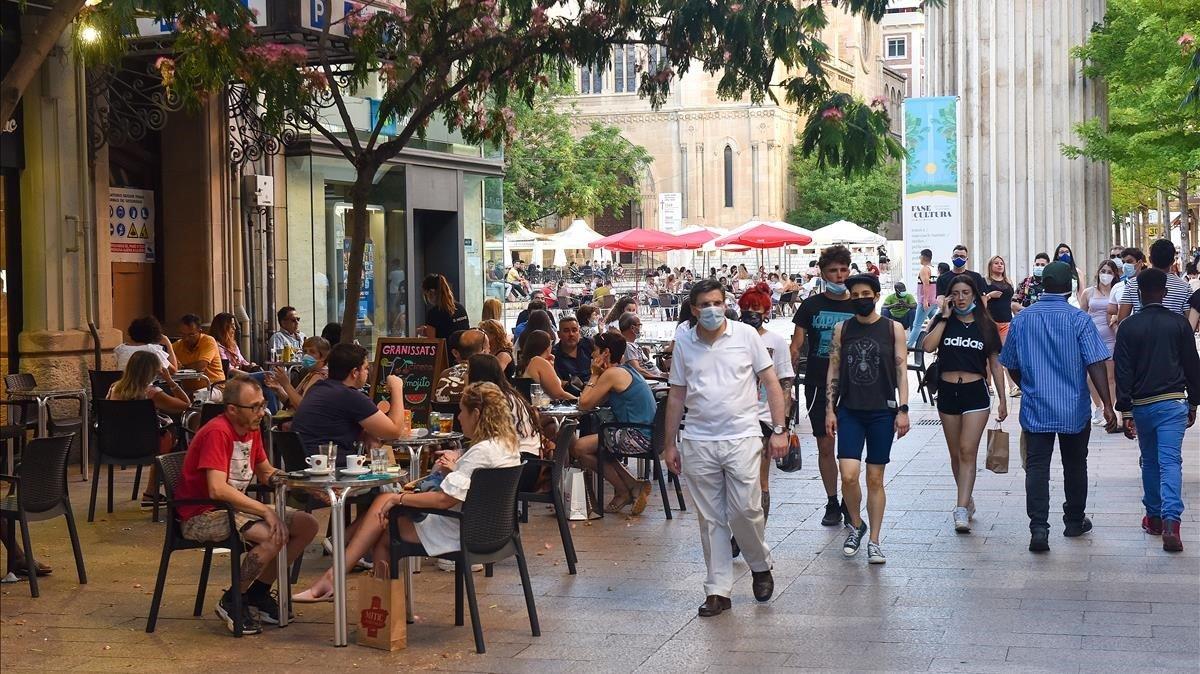 Ciudadanos pasean por las calles de Lleida el mismo día que se cerraron las fronteras del Segrià para evitar que el brote detectado se expanda.