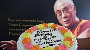 Un pastel de cumpleaños para el Dalái Lama en Dharamsala (India), este lunes.