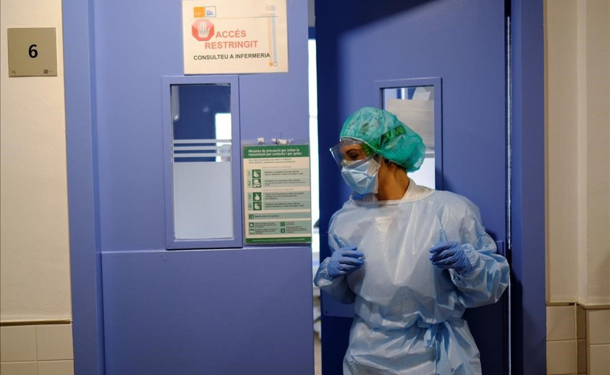 Personal médico de un hospital de Barcelona se dispone a tratar a un paciente de coronavirus.