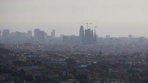 Aspecto contaminado del 'skyline' de Barcelona, el pasado 23 de octubre