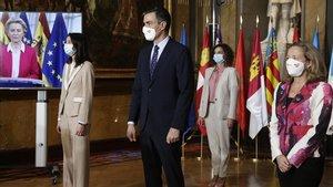 Pedro Sánchez (centro), junto a Pilar Llop(izquierda), Nadia Calvino (derecha) y María Jesús Montero, con Ursula von der Leyen en la pantalla, durante la conferencia de presidentes autonomicos celebrada el 26 de octubre.