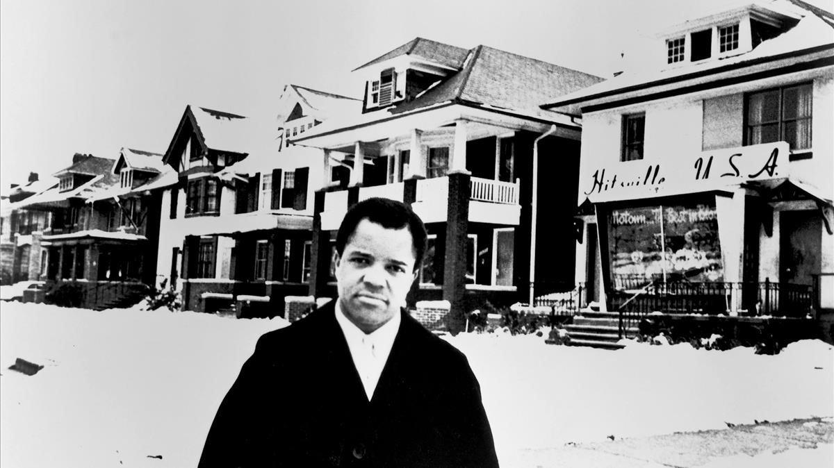 Berry Gordy, ante Hitsville USA, la sedede la discográfica de Detroit Motown, ubicada precisamente en una de las casas obreras características de la ciudad.