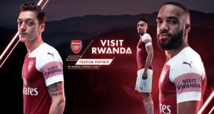 Nueva equipación del Arsenal con el logo Visit Ruanda en la manga.