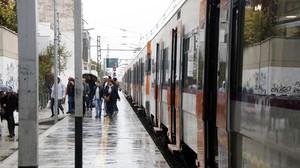 Un tren de la R16 parado en Cambrils por la lluvia.