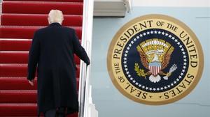Trump sube la escalerilla del Air Force One.