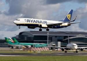 Un avión de Ryanair despega del aeropuerto de Dublín.