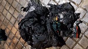 El paquete inflamable que al menos dos individuos han lanzado contra el cuartel de la Guardia Civil en Igualada.