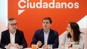 Albert Rivera, entre José Manuel Villegas e Inés Arrimadas, en la reunión de la ejecutiva del partido.
