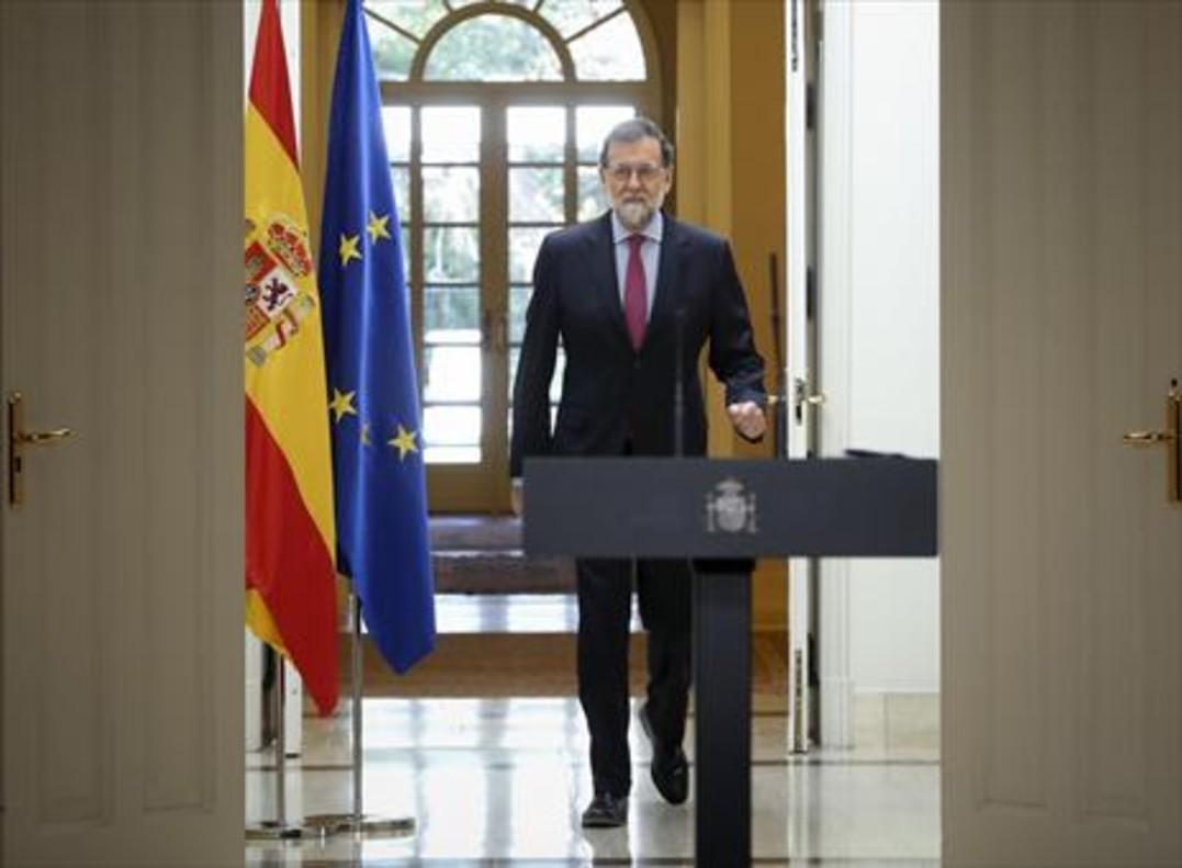 Mariano Rajoy se dirige a dar la rueda de prensa tras el último Consejo de Ministros del año, ayer, en la Moncloa.