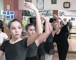 Clase 8Isa Moren corrige a sus alumnas en su escuela de la Verneda.